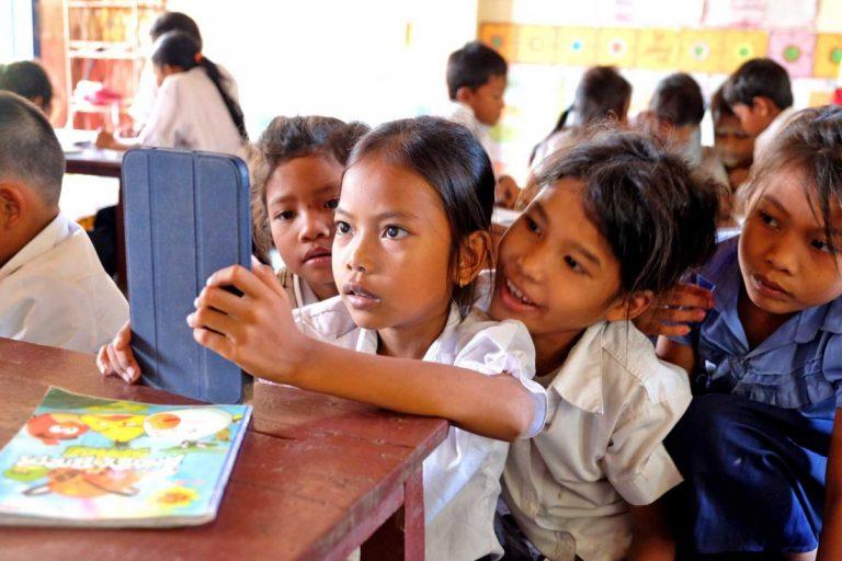 دانش آموزان کامبوجی در کتابخانه مدرسه در حال برگزاری کلاس مطالعه هفتگی. عکس از وندی راکت