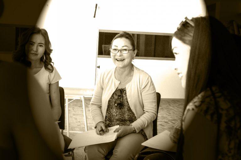 آموزگاران مدارس چادرنشینان شهر اولانباتر مغولستان در حال بررسی برنامه بگذار آسیا بخواند! عکس از کیل بارکر